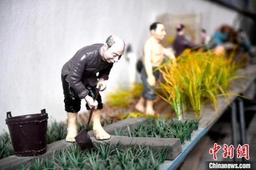 在民俗风情雕塑馆内,展出了蔡国云创作的一组反映春耕生产的雕塑作品。 吕明 摄