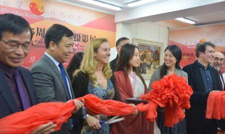 中国侨网中西建交45周年书画摄影展开幕。(西班牙《欧华报》)